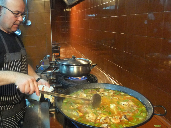 Manuel Marcos beim Zubereiten einer Paella