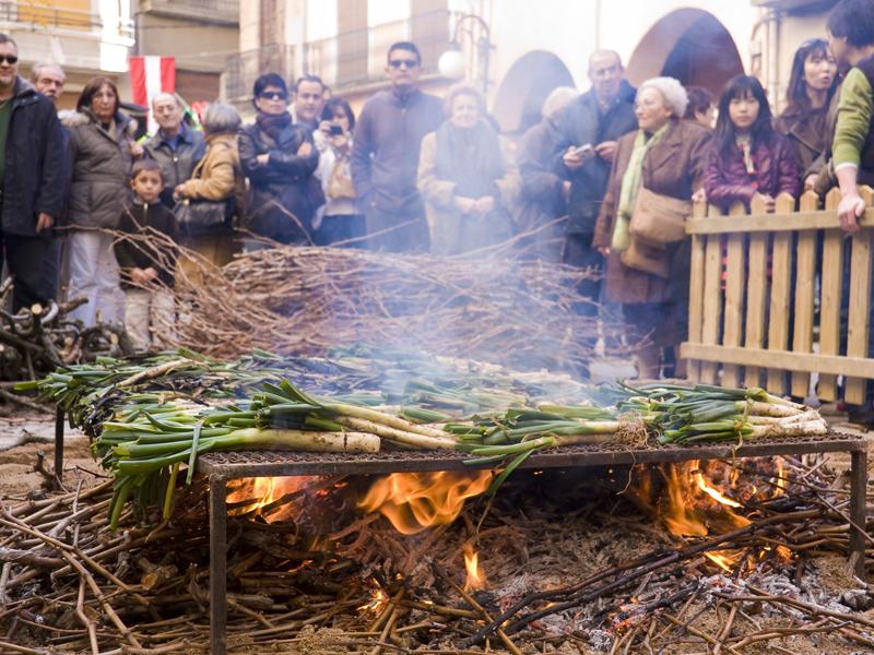 Die Zwiebeln im offenen Rebholz-Feuer (Foto: Laia Estrada)