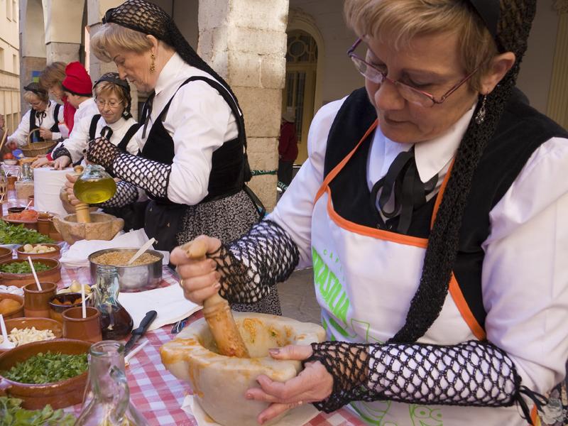 Einheimische Damen beim Zubereiten der Salbitxada (Foto: Laia Estrada)