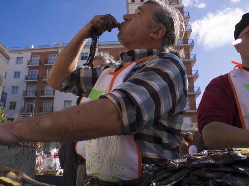 """Bewohner von Valls beim """"Zwiebelnzutzeln"""" (Foto: Laia Estrada)"""