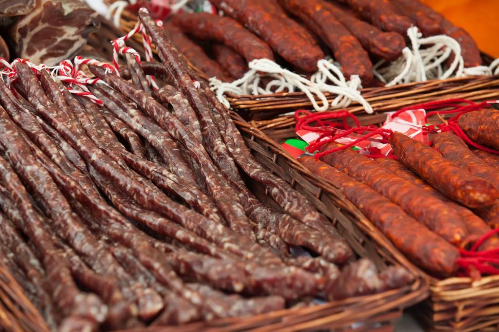 Spanische Wurstspezialitäten auf einem Markt