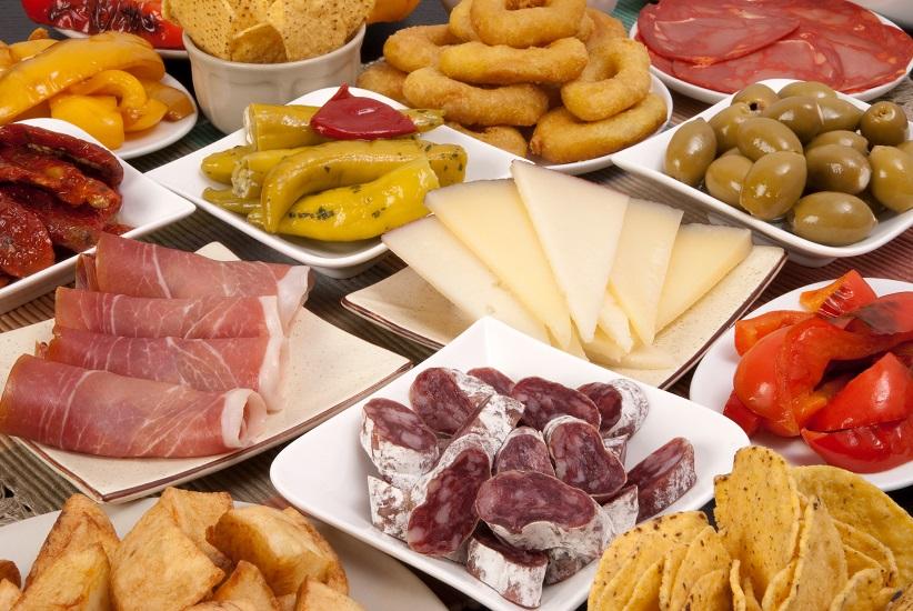 Spanische Tapas mit Fuet, Serrano Schinken und Manchego Käse